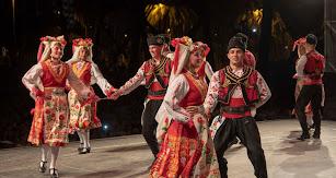 Mezdra, el conjunto folclórico de Bulgaria, actuó en el Parque de las Almadrabillas.