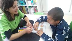 Persona con TEA trabajando con una terapetua en un centro de atención temprana