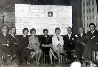 Photo: VCJC 25-jarig bestaan, ontvangen een cheque v.l.n.r. ds. van Wezup, Roelof Vedder, Roelie Sloots, Giny Lanjouw, Alie Wessels-Knoop. Jantje Martens, Hendrik Witting, Geert Hoving en dominee de Jong