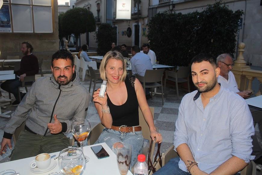Disfrutando de la primera noche en Burana, en el Paseo de Almería.