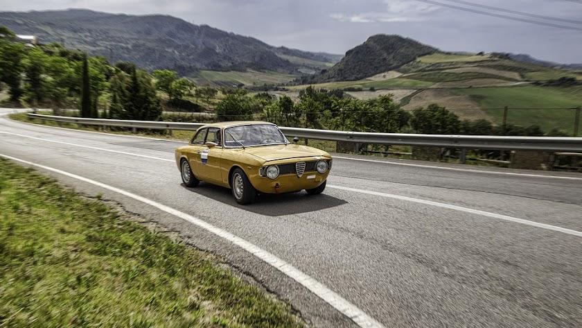 Un coche amarillo en una carretera