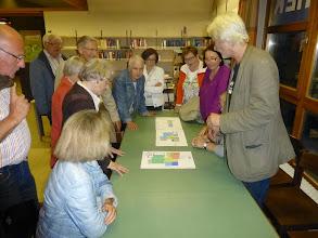 Photo: Geri Braunsteiner erklärt im unrenovierten Pfarrzentrum den ersten Plan zur Renovierung des Pfarrzentrums