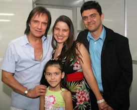 Photo: A realização de um sonho: 02/08/2008, eu e minha família juntos com o Roberto Carlos. E, depois de o conhecermos pessoalmente ficamos ainda mais fãs: é muito atencioso e cheio de carisma. Foi tanta EMOÇÃO que não dá pra contar em DETALHES !!!