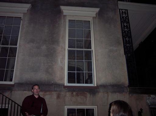 Foto fantasma en una ventana de un edificio