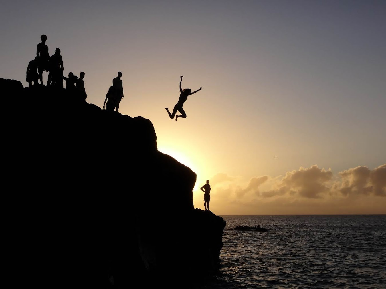 Cliff jumpers at Waimea Beach (Haleiwa, HI, USA)