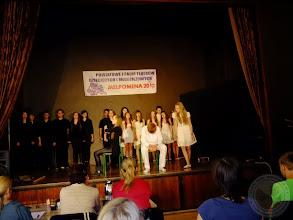 """Photo: Zespół teatralny Kawiarenka Literacka w przedstawieniu """"Porozumienie"""""""