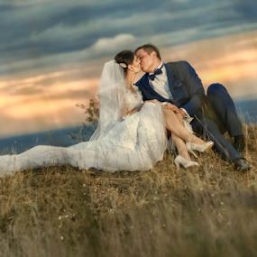 Kiss in the sunset by Vasiliu Leonard - Wedding Bride & Groom ( fotograf nunta iasi, wedding, luxmariaj, bride, groom, vasiliu leonard )
