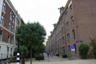 Photo: Het 'Planciusblok' aan de Houtmanstraat werd in 2005 door Ymere gerenoveerd, waardoor de huren zo stegen dat niet iedereen terug kon keren