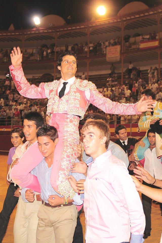 Truinfo y salida a hombros de Ruiz Manuel en la Plaza de Toros de Almería.
