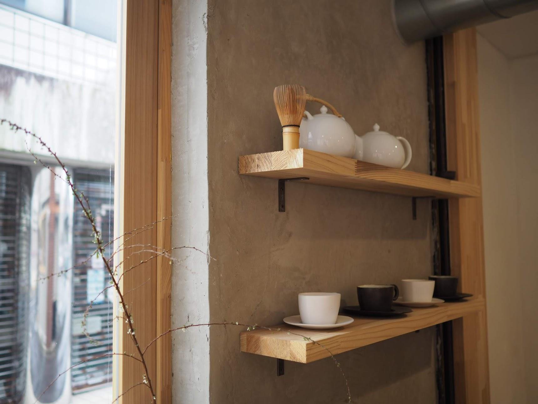 壁に茶器が並べられている