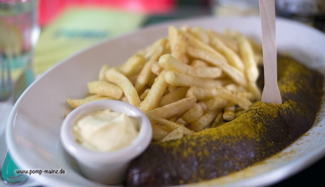 Foto: POMP's Currywurst  Unsere extra grosse, gegrillte Currywurst (180 g) serviert mit hausgemachter Currywurstsauce, scharfem Madrascurry & French Fries.