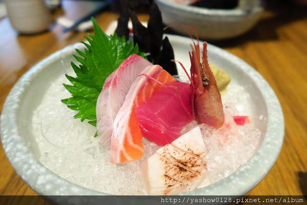 本壽司~~除一般單點的日式料理外,還有880元起跳的無菜單料理,要事先預約才吃的到~食材新鮮好吃,精緻呈現,吃的有滿意~~ @ ~哈比小叮噹的小小窩~