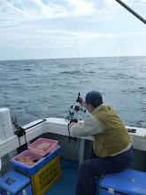 Photo: カワサキさんもはりきって釣ってますが・・・。