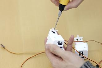 Photo: 正しい向きにはめ込めたら、銀色の細いネジ(タッピング2-5mm)で締めて固定します。