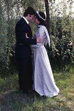 Photo: 19 aprile 1976 Luigina e Gabriele felici si abbracciano sotto il salice davanti al santuario della Comella