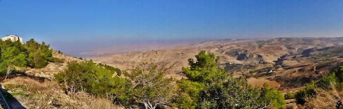 """Photo: Landschaft beim Berg Nebo (li.), dem Berg, wo Moses starb, nachdem er das """"Gelobte Land"""" - wie ihm verheißen - sehen durfte."""
