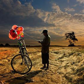 si Penjual Balon by Daniel Chang - People Street & Candids ( , #GARYFONGDRAMATICLIGHT, #WTFBOBDAVIS )