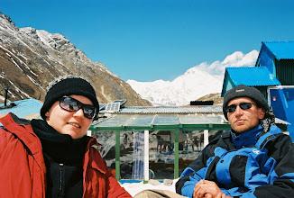 Photo: Jule und Ralf vor der Lodge in Gokyo