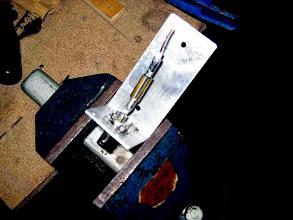 Photo: coté BNC l'âme coax soudé sur la pinoche et un fourreau de laiton soudé sur la tresse du coax et deux cosses vissées sur l'embase BNC
