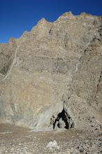 Photo: Entre les collets à 4810m et 4905m, vue plongeante sur les falaises RD de la Dhechyang khola
