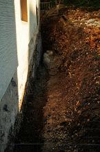 Photo: hier wurde nun noch tiefer ausgegraben, hoffen wir dass es nun reicht. 1,70m vom Fenster aus in die Tiefe soll es sein.....