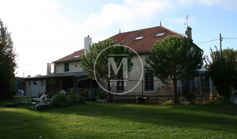 Maison avec piscine et terrasse Lezay