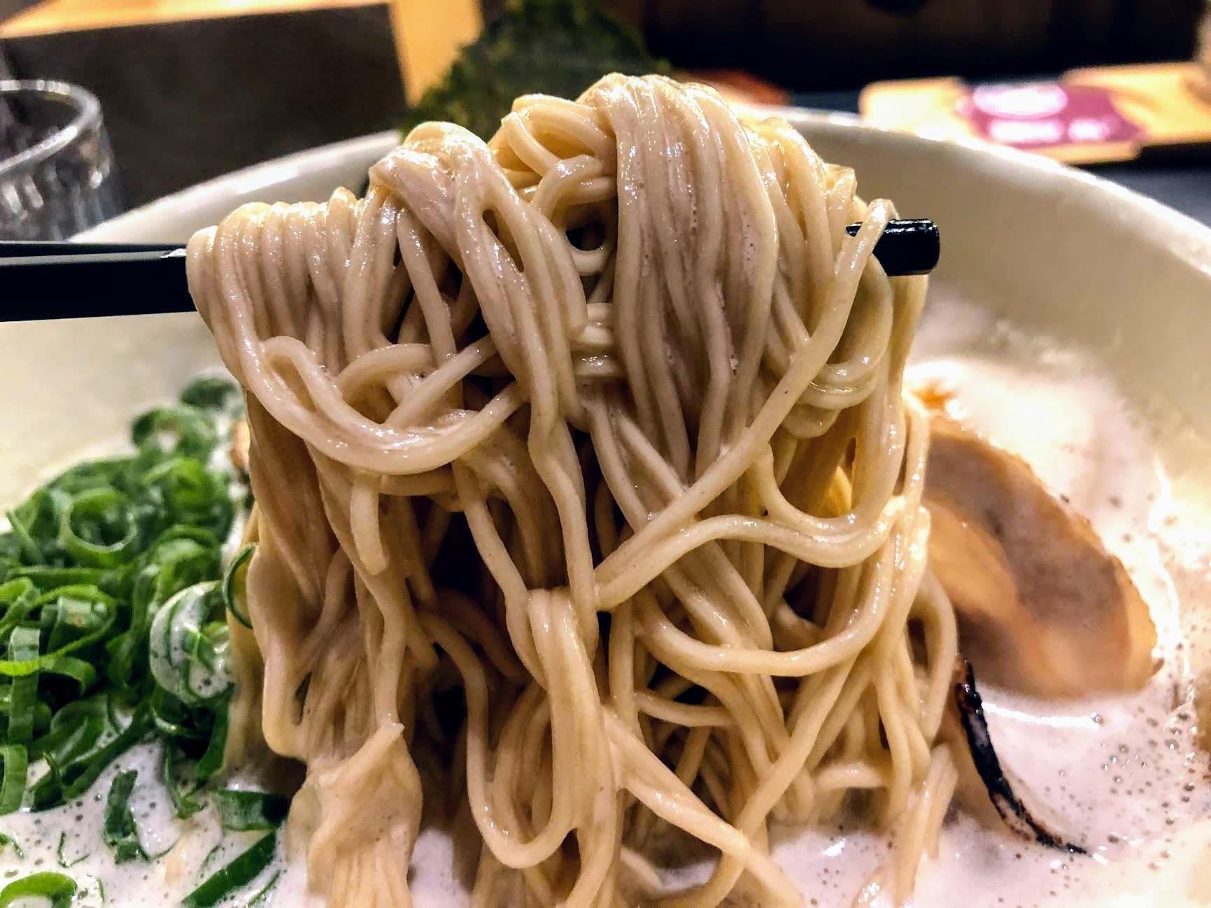 麵條部分是細麵,挾帶大量湯汁上來,每一口都可以吃到豚股湯的湯汁喔