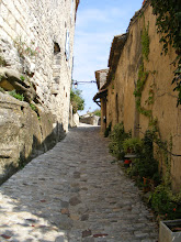 Photo: The stone paths are frequently set in calade style – that is, the stones are placed vertically.