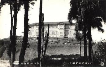 Photo: Majestoso Hotel Cremerie. Este hotel localizava-se na Estrada da Independência, nº 289. Foto de um cartão-postal do fotógrafo Nietzsch. Década de 30