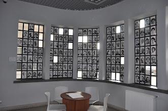 Photo: Vstupní vestibul v továrně. V oknech jsou fotografie Židů, které Oskar Schindler zachránil.