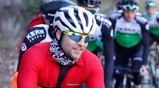 Bisbal disfruta del ciclismo junto a leyendas como Indurain o Perico Delgado