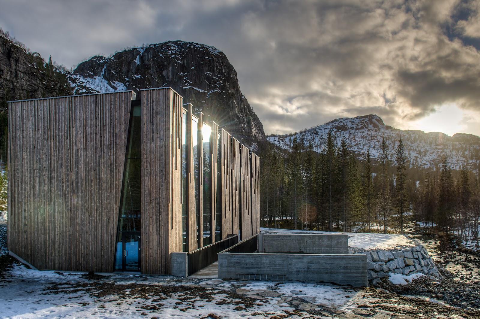 La centrale Øvre Forsland de Helgeland Kraft, en Norvège, a un revêtement extérieur en Kebony Character à la fois surprenant et novateur.