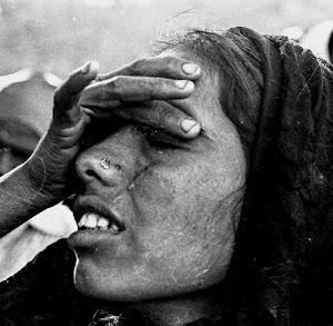 Weinende Frau, fasst sich an die Stirn.