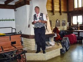 Photo: Fritz Jutzi begrüsst die Ehrengäste im Grillraum