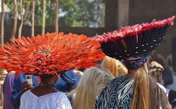 """Photo: Federhüte Die """"Hüte"""" bestehen aus Federn - entweder von Vögeln oder Hähnen -, die in einem Bastteil verankert sind."""