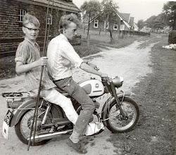 Photo: Jan Enting met zijn neef Anne op de Zundapp KS100 lichte motorfiets