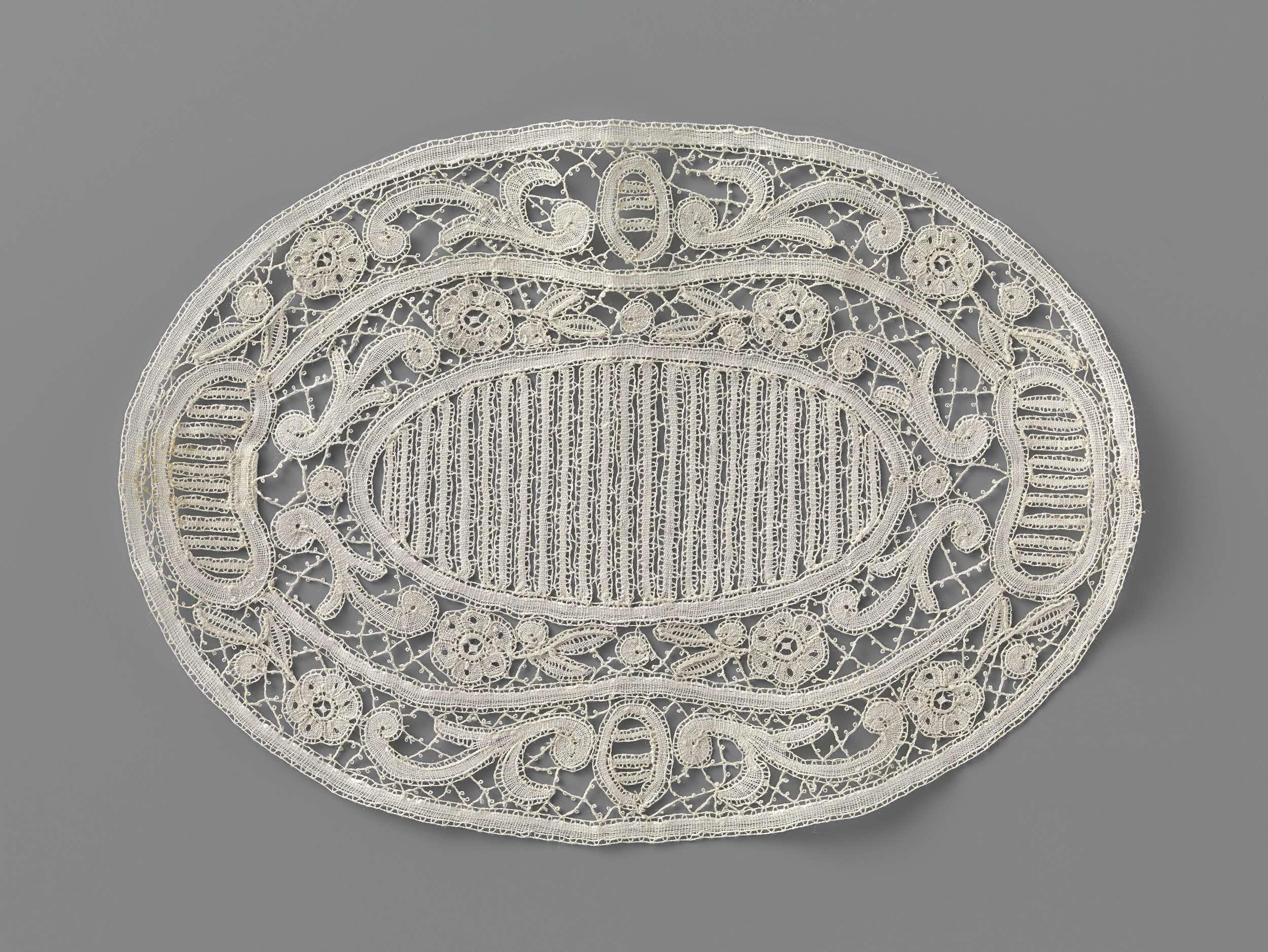 f58eb703868813 Ovaal kleedje van kloskant met gearceerde medaillons