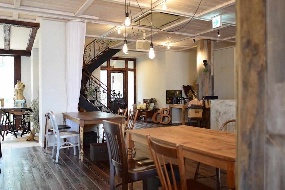 新舞子のカフェ「ネストバイザシー」の店内中央付近