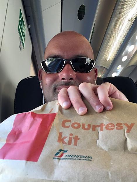 Un passeggero mostra il Courtesy kit di Trenitalia