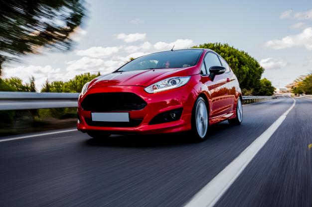Carro vermelho em alta velocidade