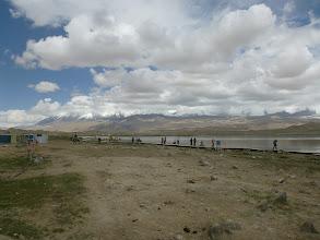 Photo: Díky jednoduché dostupnosti (zastavuje se zde každý kdo jede okolo po Karakoram Highway) je jezero oblíbenou turistickou destinací ...