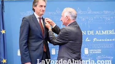 El exministro de la Serna en el momento de recibir el Escudo de la Diputación de Almería