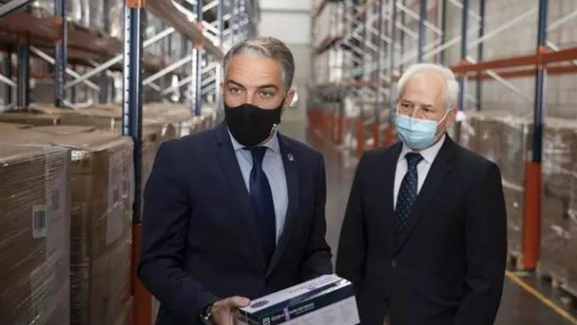 El consejero de la Presidencia, Elías Bendodo (i), junto al director general de gestión economica del SAS.