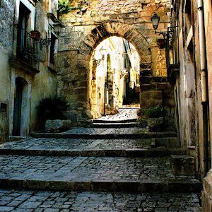 Chiaramonte Gulfi ~ Arco dell'Annunziata.jpg