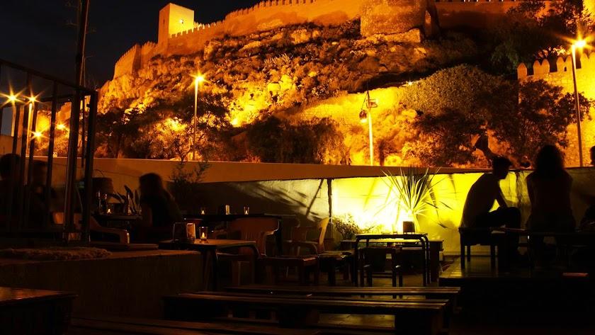 La Alcazaba como fondo natural del escenario.