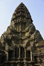 Photo: 16- La tour centrale culmine à 58m, et contient un puits de même profondeur au fond duquel on a découvert un sarcophage. De tous les guides papier, le meilleur est celui du National Geographic qui, en plus d'indications très détaillées sur les significations des bas-reliefs (tous sont expliqués) vous donne des indications sur les meilleurs coins photo, et où prendre les levers et couchers du soleil (que je n'ai pas pu mettre en pratique dans ce circuit organisé, mais de nombreux touristes visitent Angkor en tuk-tuk, les plus courageux à vélo).