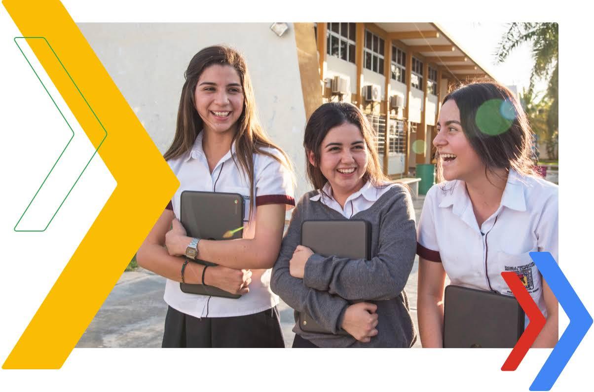 Tres estudiantes mujeres hablando entre sí sobre educación