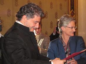 Photo: José CURA wurde Österreichischer Kammersänger. Die Verleihung erfolgte am 2. Dezember 2010 durch Frau Minister Dr. Claudia Schmid im Teesalon der Wiener Staatsoper. Foto: Renate Cupak