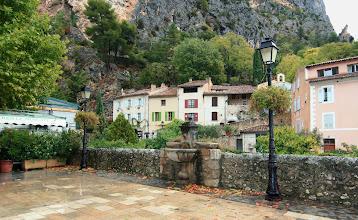 Photo: Moustiers Sainte Marie - Provence  https://www.turistika.cz/cestopisy/provence-moustiers-ste-marie-villecroze-lac-de-sainte-croix-grand-canyon-du-verdon/detail?_fid=j8wd
