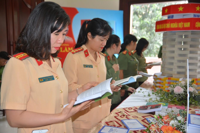 Nữ cảnh sát giao thông Công an Nghệ An  tại ngày sách Việt Nam